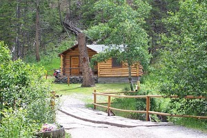 Absaroka Mountain Lodge: Cabins & Horseback Rides :: Comfortable cabins right on the eastern edge of Yellowstone Nat'l Park. Dine in historic lodge, once owned by Buffalo Bill Cody's grandson. Enjoy real Western hospitality.