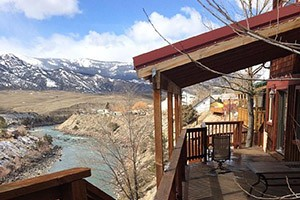Grizzly Den Log Rental Home - sleeps 6-10 :: This beautiful home overlooks Yellowstone Park animals and the Yellowstone River. Excellent winter (off-season) rates. 3-Bdrms plus loft, 2 minutes to park entrance.