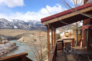 Grizzly Den Rental Home - sleeps 6-10 in Gardiner :: You will love this 3-bdrm + loft log lodge, overlooking the Yellowstone River. With all the comforts of home, blocks to Yellowstone Park, perfect deck to view winter wildlife.