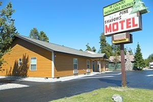 Pine Shadows Motel and Condominiums :: Nearly-new rooms. Comfortable year-round cabin style rooms, featuring Queen or King Beds, DirecTV, mini-fridge and microwave. Sleep 3-4. BOOK DIRECT ONLINE and save.