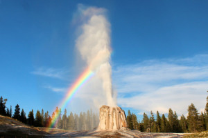 Easy Hiking Tours among the Parks best Geysers
